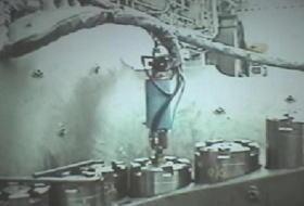 加熱電極をボルト穴に入れて、加熱中
